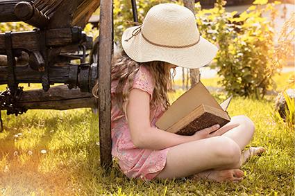 Buch lesen in der Natur im Urlaub
