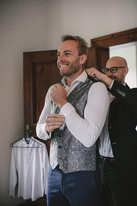 Der Bräutigam beim Getting ready für die Hochzeit in einem der 16 stilvollen Hotelzimmer.