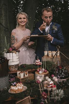 Bräutigam nascht heimlich von der Hochzeitstorte.