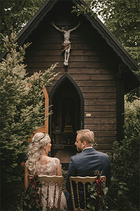 Das Brautpaar ist bereit für die kirchliche Trauung bei unserer geweihten Kapelle im Wald.