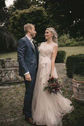 Das Brautpaar ist der Hingucker vor dem Springbrunnen.
