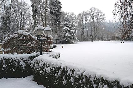Schneebedecktes Naturareal des Glögglhof