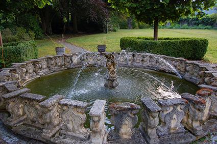 Der Springbrunnen plätschert vor sich hin.