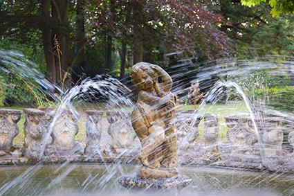 Historischer Springbrunnen mit Steinfigur