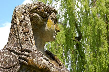 In unserem Park befinden sich mehrere Steinfiguren