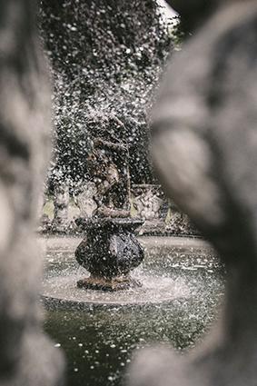 Romantik sprüht beim Springbrunnen.