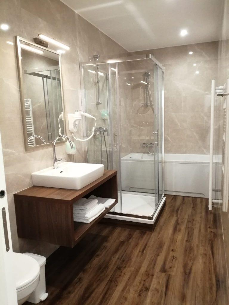Schöne Badezimmer im edlen Design im Glögglhof