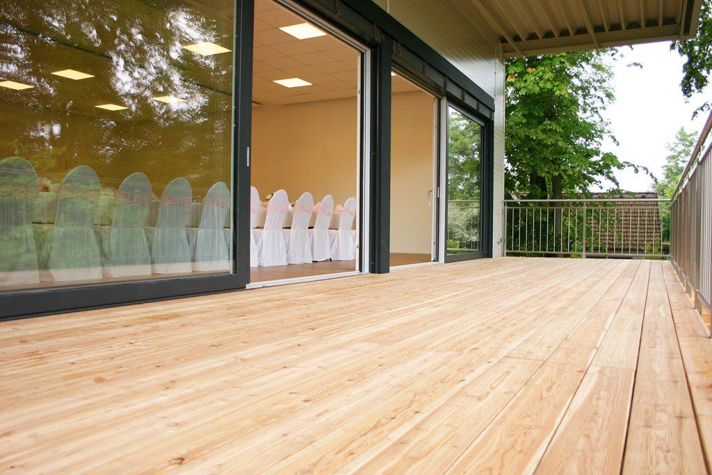 Unser Festsaal gestellt für eine Hochzeitsfeier mit angrenzender Terrasse