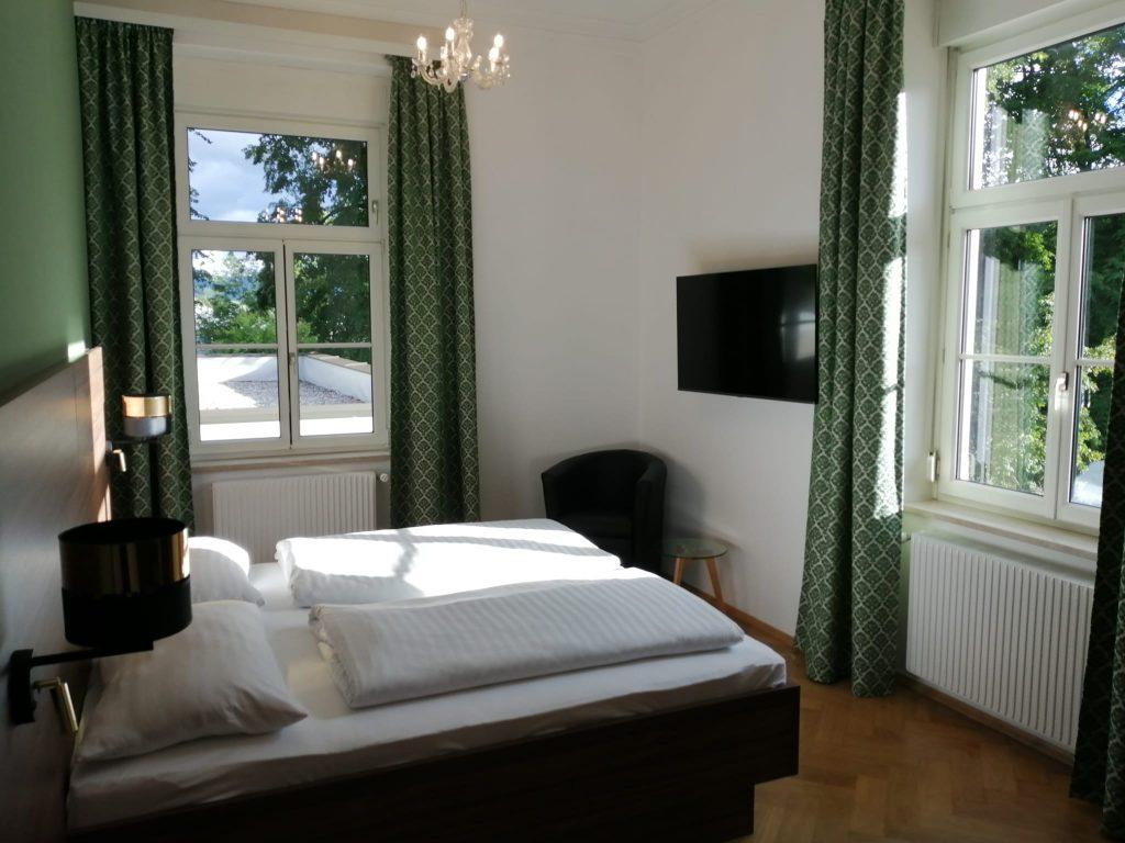 Großzügiges Zimmer mit Blick ins Grüne